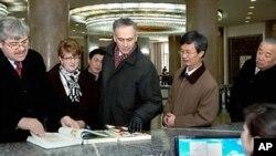 북한을 방문한 토머스 컬리(사진중앙) 미국 AP통신사 사장이 평양 인민대학습당을 둘러 보고 있다. (자료사진)