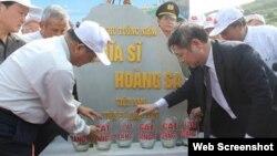 Lễ đặt viên đá đầu tiên để khởi công xây dựng Khu tưởng niệm Nghĩa sĩ Hoàng Sa tại đảo Lý Sơn ở Quảng Ngãi. Theo TS Luật Cù Huy Hà Vũ, bằng việc xây Khu tưởng niệm nghĩa sĩ Hoàng Sa chính quyền Việt Nam cũng muốn chuyển thông điệp 'hòa giải' nào đó đến những người đã ra đi từ Việt Nam Cộng hòa.