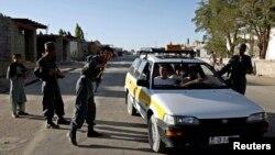 Polisi Afghanistan memeriksa kendaraan di provinsi Ghazni (foto: dok). Militan Taliban menembak mati seorang pejabat distrik di Ghazni Kamis 22/10.