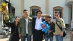 Gia đình và các nhà hoạt động chào đón Đinh Nguyên Kha (giữa) mãn hạn tù, hôm 11/10/2018. Ảnh Facebook Dinh Nhat Uy