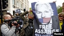 Julian Assanj tarafdorlari Vestminster Oliy sudi qarshisida namoyish o'tkazib, uning AQShga ekstradistsiya qilinmasligini talab qildi. Londoin, 2-may, 2019