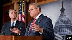 El presidente de la Comisión de Relaciones Exteriores del Senado (derecha) y el senador Lindsey Graham habla a los reporteros luego del contundento voto de apoyo a Israel.