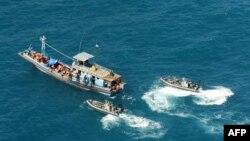 Khoảng 100 tàu thuyền chở người xin tị nạn đã bị chặn bắt trong vùng biển phía bắc của Australia trong năm 2012. Cơ sở di trú do Australia điều hành ở Papua New Guinea được mở lại vào cuối năm 2012 nhằm ngăn chặn luồng người tỵ nạn liên tục đổ đến Australia.