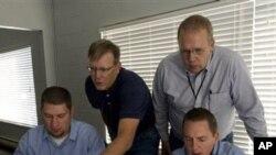 사이버 침투를 감시하는 미 전문가들(자료사진)