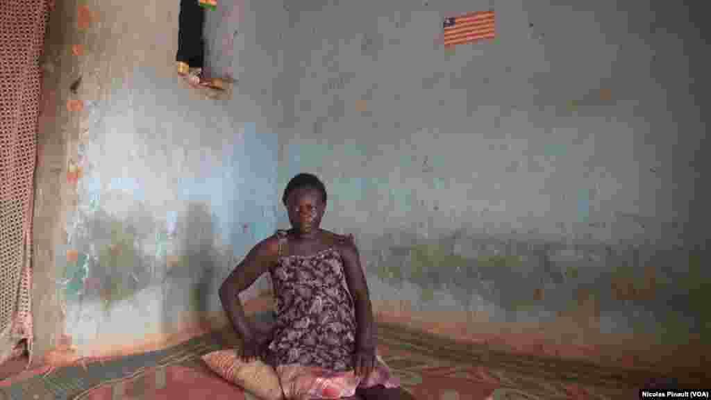 Mariam Kone, originaire de Sierra Leone, vit dans le quartier Pays Bas de Niamey comme beaucoup d'autres migrants. 3 mars 2016. (VOA/Nicolas Pinault)
