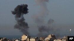 Khói bốc lên sau các vụ không kích của Israel ở dải Gaza, ngày 11/3/2012