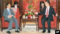 Phó Thủ tướng Trung Quốc Trương Cao Lệ (phải) trong một cuộc hội đàm với Phó Thủ tướng Nhật Bản Taro Aso tại Bắc Kinh vào tháng 6 vừa qua.