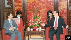 日本副首相麻生太郎(左)同中国副总理张高丽2015年6月5日在北京