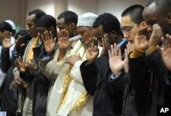 Ribuan Muslim sholat berjamaah di Minneapolis Convention Center. (Foto: dok.)