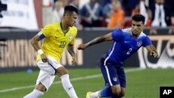 Neymar enfrenta la marca de DeAndre Yedlin, de Estados Unidos, durante el juego amistoso que Brasil ganó a Estados Unidos.
