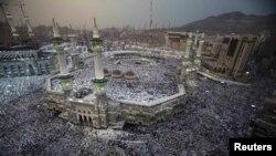 Umat muslim seluruh dunia berkumpul untuk menunaikan ibadah haji di Mesjid Besar kota suci Mekkah (10/10).