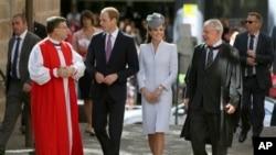 ၾသစေၾတးလ်ႏိုင္ငံ၊ ဆစ္ဒနီၿမိဳ႕က Saint Andrew's Anglican ဘုရားေက်ာင္းမွာ အီစတာ ဝတ္ျပဳဆုေတာင္းပဲြ တက္ေရာက္ခဲ့တဲ့ ကင္းဘရစ္ခ်္ ၿမိဳ႕စား မင္းသား ဝီလ်ံနဲ႔ ၾကင္ယာေတာ္ ကက္သရင္းတို႔အား ဘုန္းေတာ္ႀကီး Glenn Davies ႏွင့္အတူ ေတြ႔ရစဥ္။ (ဧၿပီ ၂၀၊ ၂၀၁၄)