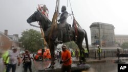 2020年7月1日,工人们在移走维吉尼亚州首府里士满的杰克逊将军像。