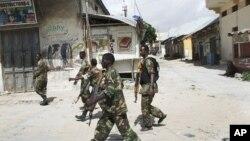 Des soldats gouvernementaux en patrouille au marché Bakara de Mogadiscio