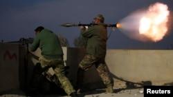 Một thành viên của Lực lượng Phản ứng nhanh của Iraq bắn một quả rocket về phía Nhà nước Hồi giáo.