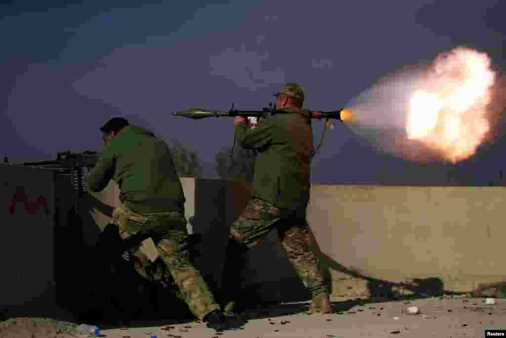 پرتاب موشک نیروهای عراقی در نبرد با داعش در یک ناحیه موصل عراق.