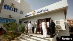 2013年5月2日赛义夫.伊斯兰.卡扎菲到距离的黎波里160公里外的津坦市法院出庭,一批包括记者,人权活动人士的人群在法庭外面等候。
