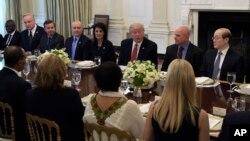美国总统川普在白宫会见联合国安理会成员国代表(2017年4月24日)