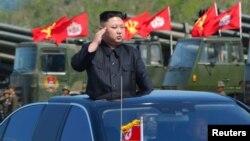 김정은 북한 노동당 위원장이 북한 인민군 창건 85주년 경축 군종합동타격시위를 참관했다고 조선중앙통신이 26일 보도했다.