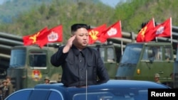 朝中社发布的照片显示, 在朝鲜建军节,朝鲜领导人金正恩观看军事演习(2017年4月25日)