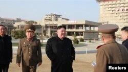 Pemimpin Korea Utara Kim Jong-un meninjau lokasi pembangunan kawasan wisata Wonsan-Kalma, Korea Utara, dalam foto yang dirilis tanggal 5 April 2019 oleh KCNA. (Foto: dok).
