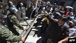 Bộ trưởng Quốc phòng Bolivia từ chức sau khi cảnh sát trấn áp một vụ biểu tình của dân bản địa và các nhóm bảo vệ môi trường phản đối dự án xây xa lộ của chính phủ xuyên qua một khu bảo tồn thiên nhiên