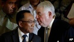 Menteri ESDM Jero Wacik dan CEO Freeport-McMoRan Copper & Gold Inc. CEO Richard Adkerson dalam sebuah acara di Jakarta, 2013.