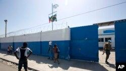 Sòlda Brezilyen nan baz Misyon Lapè Nasyon Zini a MINUSTAH nan Site Solèy Pòtoprens Ayiti. 16 out 2016. (Foto: AP/Dieu Nalio Chery)