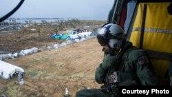 2013年11月14日,美國海軍一架直升機向菲律賓塔克洛班市災區投擲救濟物資。 (美國海軍提供)