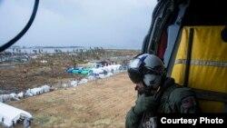 2013年11月14日,美国海军一架直升机向菲律宾塔克洛班市灾区投掷救济物资。(美国海军提供)
