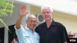 Mantan Presiden AS Bill Clinton bersama mantan ketua BRR Aceh Nias, Kuntoro Mangkusubroto, di Ulee Lheue Banda Aceh. (VOA/Budi Nahaba)