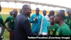 Le président du Comité de normalisation de la Fédération camerounaise de football, Me Dieudonné Happi congratule les joueurs de la sélection de moins 17 ans après leur victoire-qualification sur la Guinée équatoriale, Cameroun, le 10 août 2018. (Twitter/