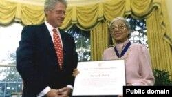 رزا پارکس و بیل کلینتون رئیس جمهور امریکا