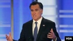 Mantan Gubernur Massachusetts Mitt Romney menjawab pertanyaan dalam Debat Kandidat Capres Partai Republik di Saint Anselm College, Manchester, New Hampshire (7/1).