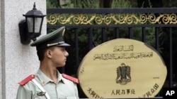 中國一名警衛星期二在利比亞駐北京領事館前站崗。