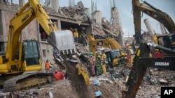 Bangladeş'te kurtarma ekipleri enkaz altından hala ceset çıkarıyor