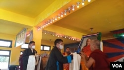 资料照片:尼泊尔境内的藏民在警察监视下参加为达赖喇嘛祝寿的活动。