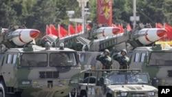 图为北京政府建政60周年典礼上展示的导弹