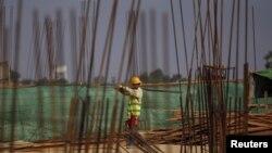 រូបភាពឯកសារ៖ បុរសម្នាក់កំពុងធ្វើការនៅ ក្នុងតំបន់សេដ្ឋកិច្ចពិសេស Thilawa Special Economic Zone (SEZ) ក្នុងទីក្រុង Thilawa ប្រទេសមីយ៉ាន់ម៉ាកាលពី ថ្ងៃទី០៨ ឧសភា ២០១៥។