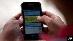Seorang warga Kuba menggunakan ponselnya di kota Camajuani (foto: dok). AS diduga membiayai media sosial untuk merongrong pemerintah Kuba.