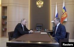 俄罗斯总统3月10日会见拉夫罗夫外长(右)