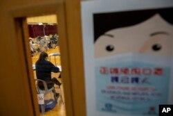 Siswa mengenakan masker saat mengikuti ujian di sebuah sekolah di Hong Kong, 24 April 2020. (Foto: dok).
