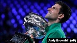 "Novak Đoković sa trofejem ""Norman Bruks"" posle pobede u finalu nad Dominikom Timom iz Austrije (Foto: AP/Andy Brownbill)"
