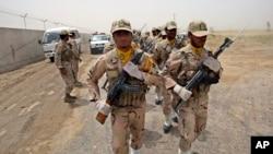 Para penjaga perbatasan Iran berbaris di dekat perbatasan Iran-Pakistan (foto: dok).