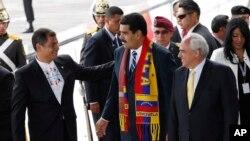 """Maduro pidió a Rafael Correa, presidente pro témpore de UNASUR, que haga de """"escudo protector de la paz y la democracia de Venezuela""""."""