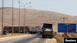 Camiones con ayuda humanitaria de la ONU aguardan para ingresar a Siria desde Turquía, el viernes, 16 de septiembre de 2016.