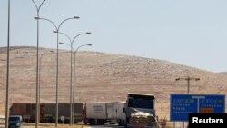 2016年9月16日,土耳其商用卡车在西尔维格祖附近的边境哨卡等待进入叙利亚。