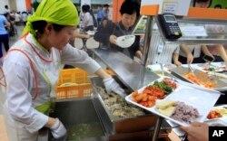 Seorang koki bersiap menyajikan semangkuk sup ayam di restoran lokal di Seoul, Korea Selatan, 11 Juli 2011. (Foto: dok). Restoran yang menyajikan daging anjing semakin tidak populer di Korea Selatan.