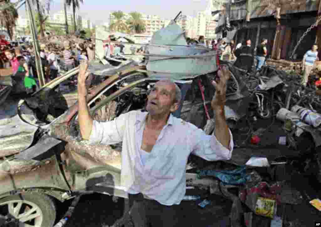 23일 레바논 트리폴리의 폭탄테러 현장에서 한 남성이 기도를 드리고 있다.