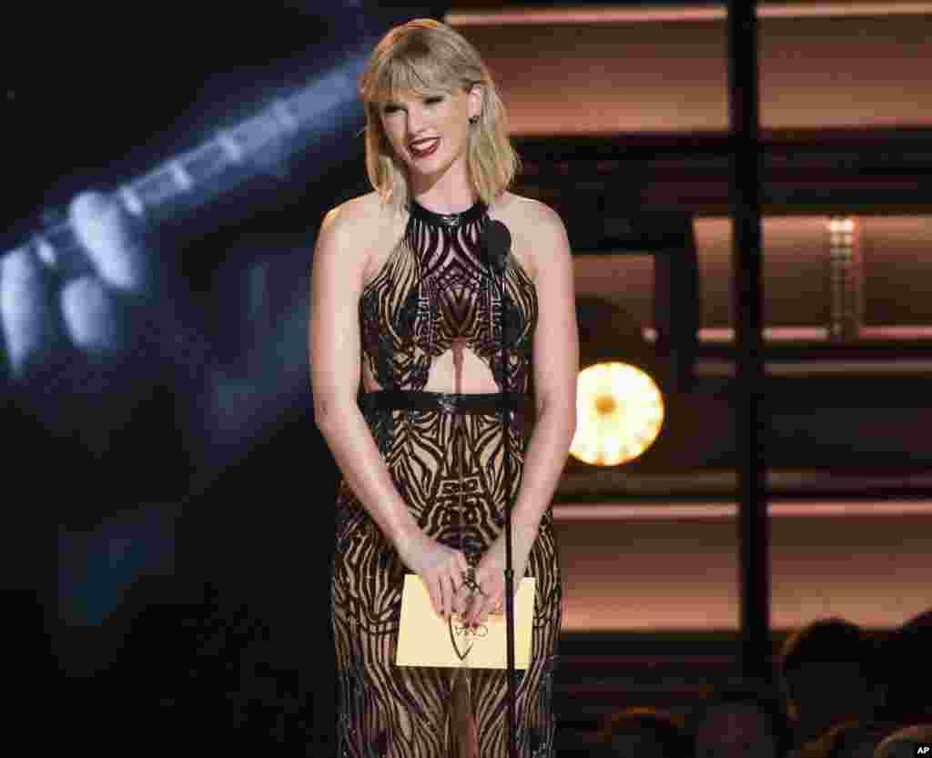 美国歌星泰勒·斯威夫特在纳什维尔的乡村音乐颁奖典礼上发奖(2016年11月2日)。美国《福布斯》杂志5月17日公布《美国白手起家最富女人榜》, 泰勒·斯威夫特名列第55,估计拥有资产2.8亿美元。